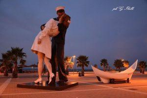 Statua del bacio alla Marina (foto Ibelli)